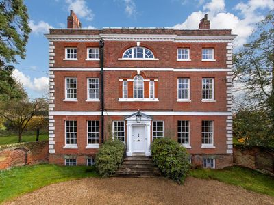 Beautiful and luxurious, The Old Vicarage sleeps upto 20. Get everyone together!