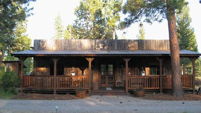 Western Style Bunkhouse w/Deck and Jacuzzi
