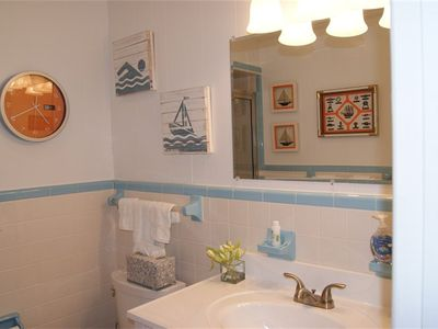 Wrightsville Beach cottage rental - Upstairs bathroom en-suite.