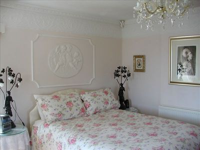 Master bedroom with wonderful plasterwork.