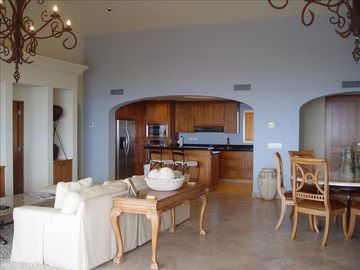 Great room w/ travertine floors, vaulted ceilings, stone dining room table for 6