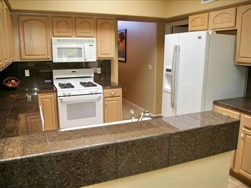 Immaculate Fully Stocked Kitchen w Granite Counter