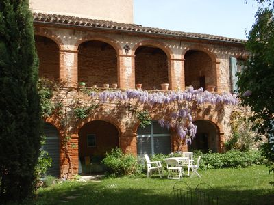 Very quiet apartment with garden in medieval residence in the heart of town