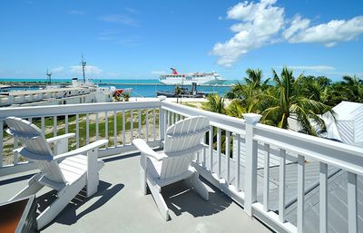 The large Widows Walk offers stunning 360 degree views of the Gulf & Key West.