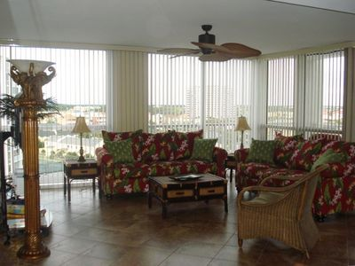 OPEN LIVING AREA WITH A BALCONY!! VIEWS OF THE GULF & CITY OF DESTIN