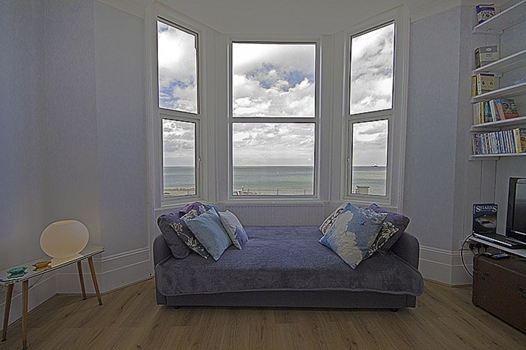 Margate - Family friendly beachfront Apartment, romantic with stunning Sea View!