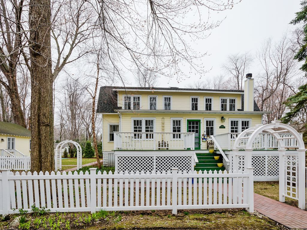 Charming 7 Bedroom Home   Coach House  Great for Summer Getaways