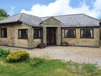 STANDCLIFFE MEWS, pet friendly, with a garden in Crich, Ref 17202