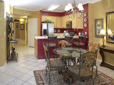 Great Dining area with room for 7 with bar stools overlooking the kitchen.