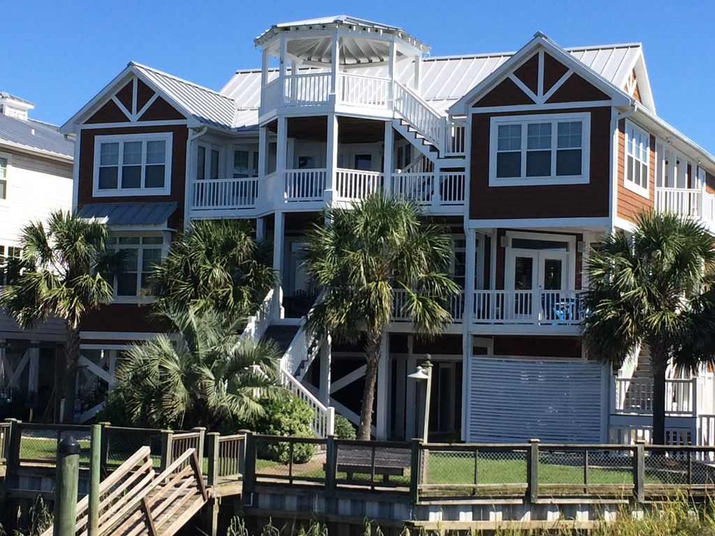 Luxury waterfront 9br outdoor kitchen homeaway for Outdoor elevators for beach houses