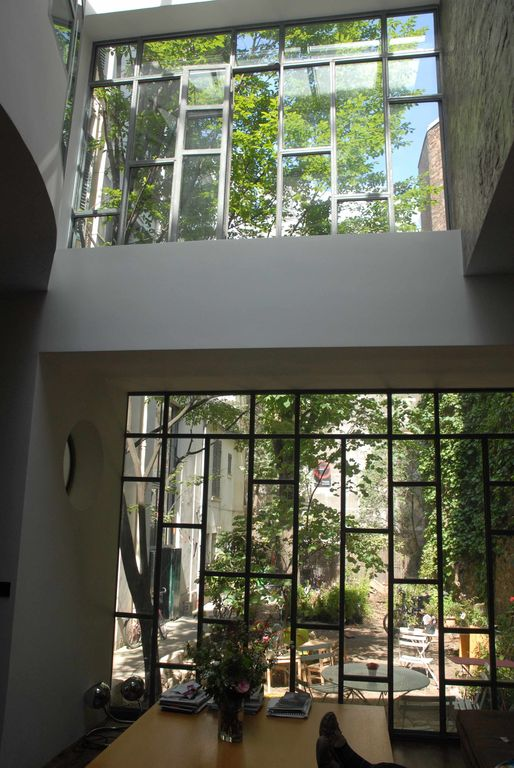 leaving room overview with the two windows of the atelier