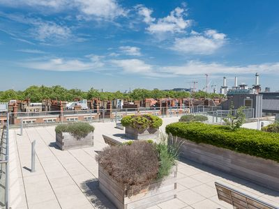 1 bedroom Battersea apartment, sleeps 4 with wonderful landscaped roof terrace