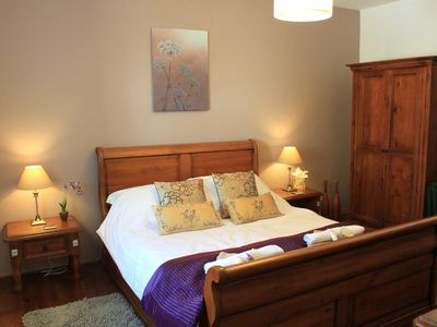 Luxury cottage sleeps 2 plus baby or small child. Private garden. Lrg Hot tub!
