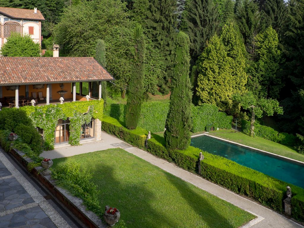 Image gallery italian gardens pool for Gardens and villa