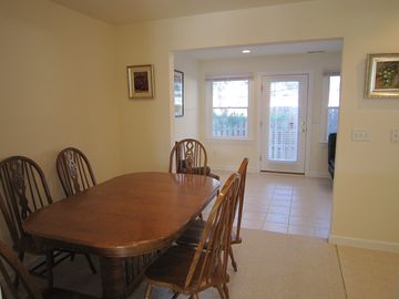 Dining room that seats 6