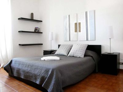 Bedroom with queen size bed (160 cm wide).