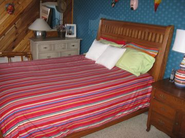 Upstairs Bedroom, Queen Bed