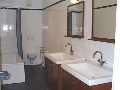 Large bathroom with 2 sinks and bathtub