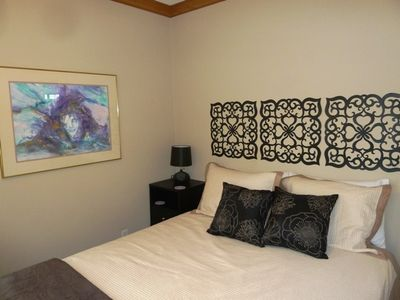 Austin cottage rental - Pure Room: ipod dock with speakers and lamp next to bed.
