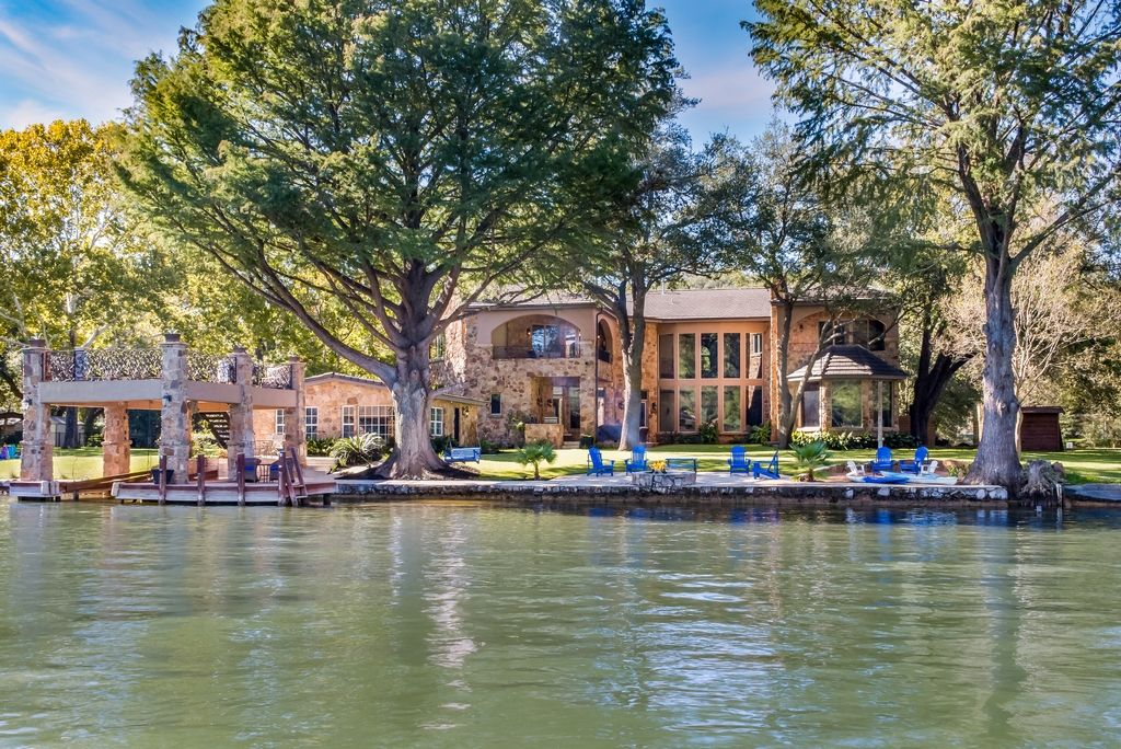 FUN ON Lake Austin Castle Perfect for THANKSGIVING Sleeps 22+