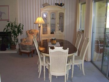 Dining room table with extra leaf can seat 8