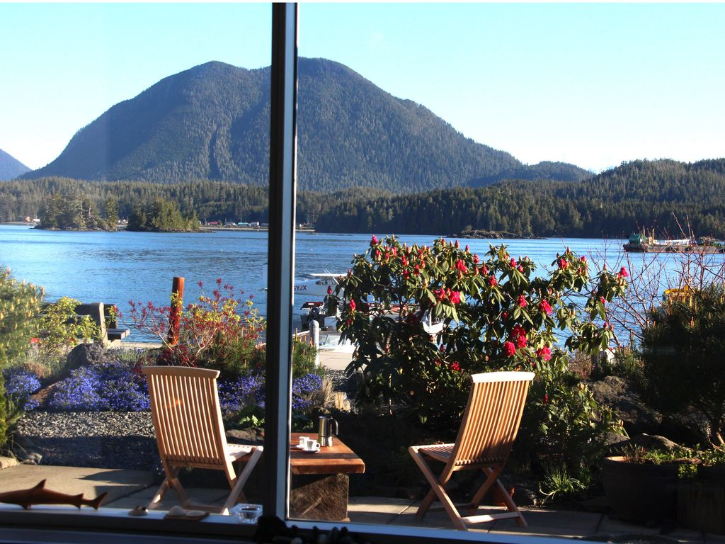 Waterfront retreat for springboarding homeaway tofino for Waterfront retreat