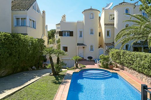 An elegant villa with heated pool & roof terrace - shared resort amenities & sports facilities on offer