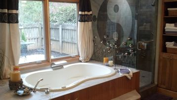 Asheville studio rental - Two person Jacuzzi with bubbler and powerful jets. Himalyan sea salts provided