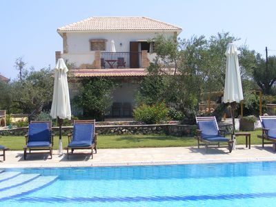 4  luxury villas with large shared pool, only 300 metres from the sea. - Villa Jasmine