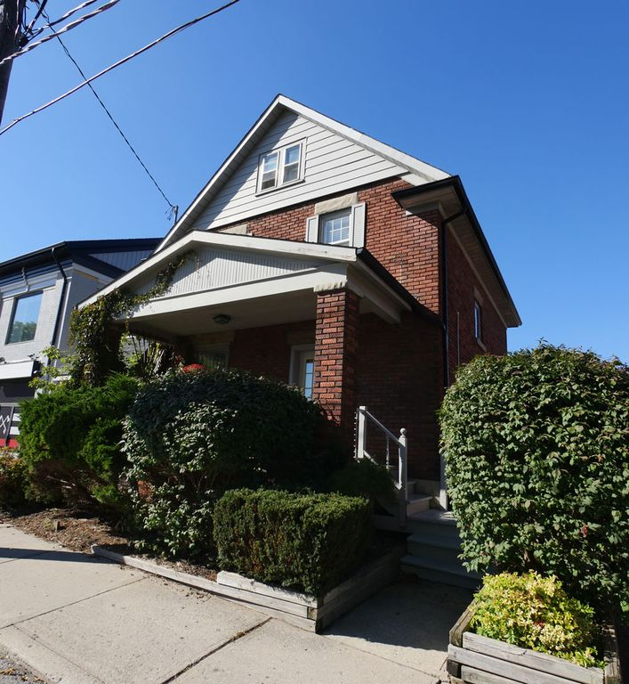 Bright Uptown Waterloo Home In The Heart Of The City.