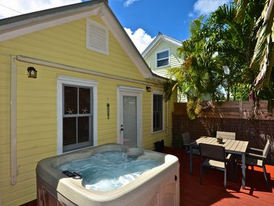 Charming couple's retreat w/a convenient location & a private bubbling hot tub
