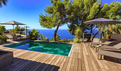 Imposing house with sea view with swimming pool southern France