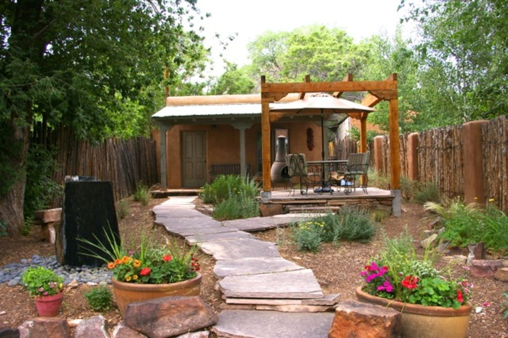 Casa tres hombres eastside historic adobe vrbo for Homes with enclosed courtyards