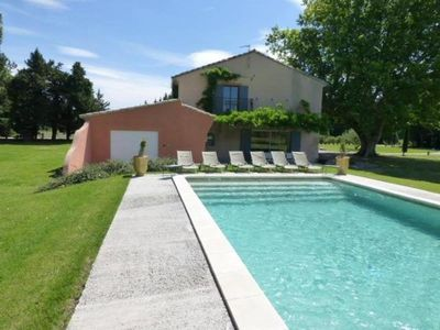Provencal farmhouse and its hundred-year-old plane tree, heated and secure pool