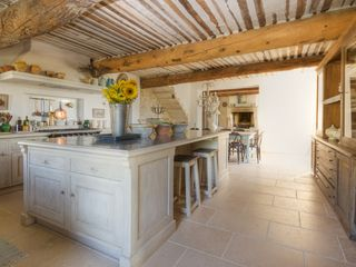 Gordes farmhouse photo - Fabulous kitchen and central island