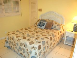 Fort Lauderdale house photo - Fourth bedroom has comfortable white wicker queen bed.