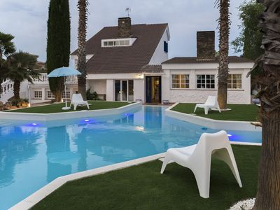 VILLA WITH POOL AND SPA