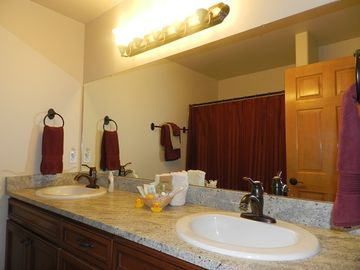 A family Bathroom, Loft Level (Vacation Cabin rental by Owner nr Cle Elum)