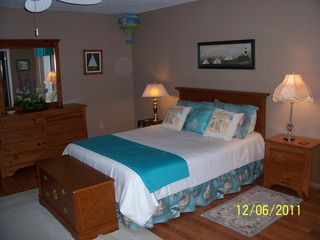 Venice house photo - Master Bedroom, queen bed, laminate flooring, sliders out to pool & deck