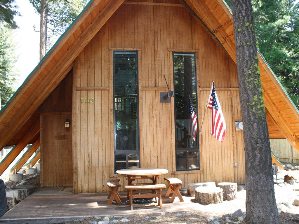 Spacious west shore cabin open floor plan vrbo for Open floor plan cabin