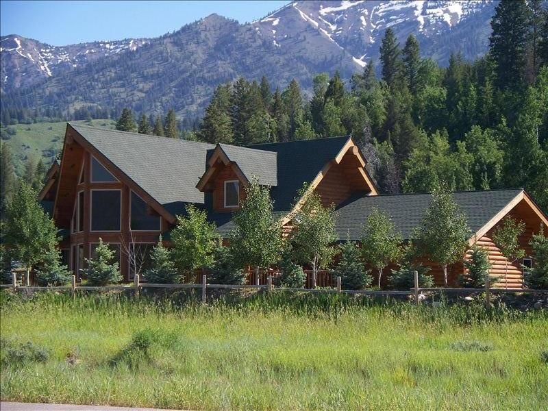 Spacious log home close to jackson hole and vrbo for Cabin rentals in jackson hole wy