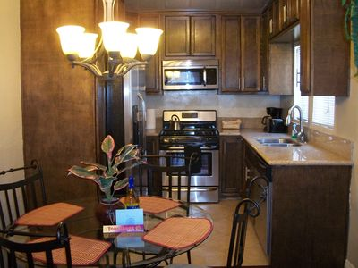 Santa Monica cottage rental - Custom kitchen, grant counters, stainless steel appliances.