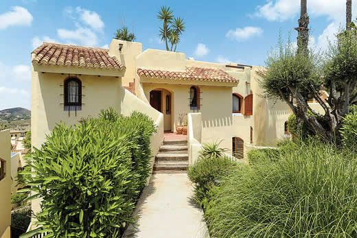Spanish-style apartment w/ outdoor dining & BBQ plus free Wi-Fi + A/C