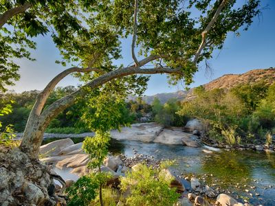 ROMANTIC, LUXURIOUS RIVERFRONT GETAWAY -pools and waterfalls by Sequoia Park!