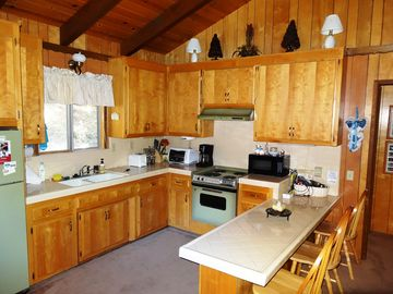 Crestline cabin rental - Kitchen and seating area