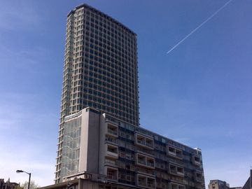 App isolato esterno davanti a Centre Point Tower