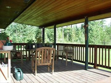 LARGE COVERED DECK OFF DINING ROOM GREAT FOR FAMILY BARBEQUES!