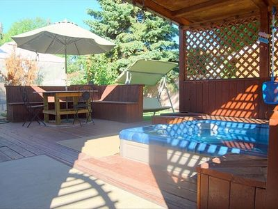 Hot tub, large, seating area, bbq, large yard, 2 lawn swings