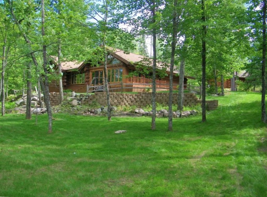 Maple Leaf Lodge - Beautiful Lakeshore Log Home with Private Heated Pool
