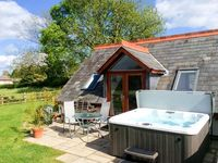 THE LOFT, romantic, luxury holiday cottage in Howle Hill, Ref 913050